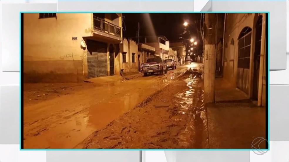 Bairros de Ubá, na Zona da Mata, tiveram estragos registrados por causa da chuva (Foto: Reprodução/TV Integração)
