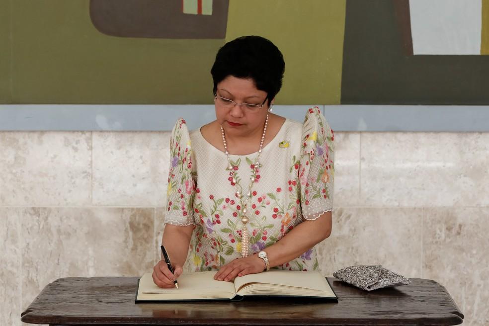 Marichu B. Mauro, embaixadora das Filipinas, durante assinatura do Livro dos Embaixadores, em abril de 2018 — Foto: Isac Nobrega/PR