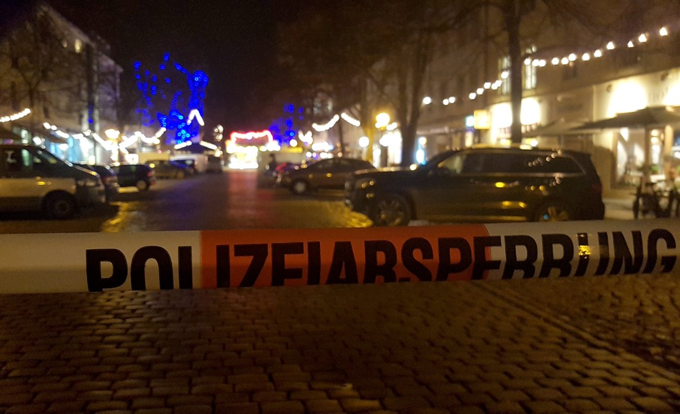 Mercado de Natal em Potsdam, na Alemanha, é isolado nesta sexta-feira (1º) após pacote suspeito ser encontrado (Foto: Zoltan Berta/Reuters)