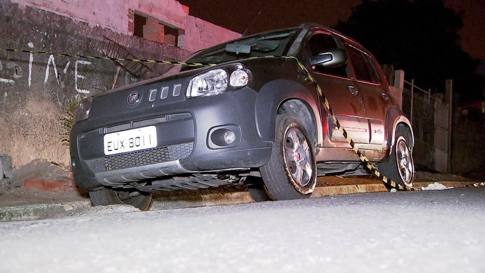 Carro de motorista de aplicativo morto após assalto foi encontrado na rua Ferraz de Vasconcelos — Foto: Reprodução/TV Globo
