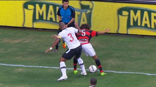 """Rodrigo x Guerrero, simulação de juiz e ambulância parada: """"causos"""" de Vasco x Flamengo em Brasília"""