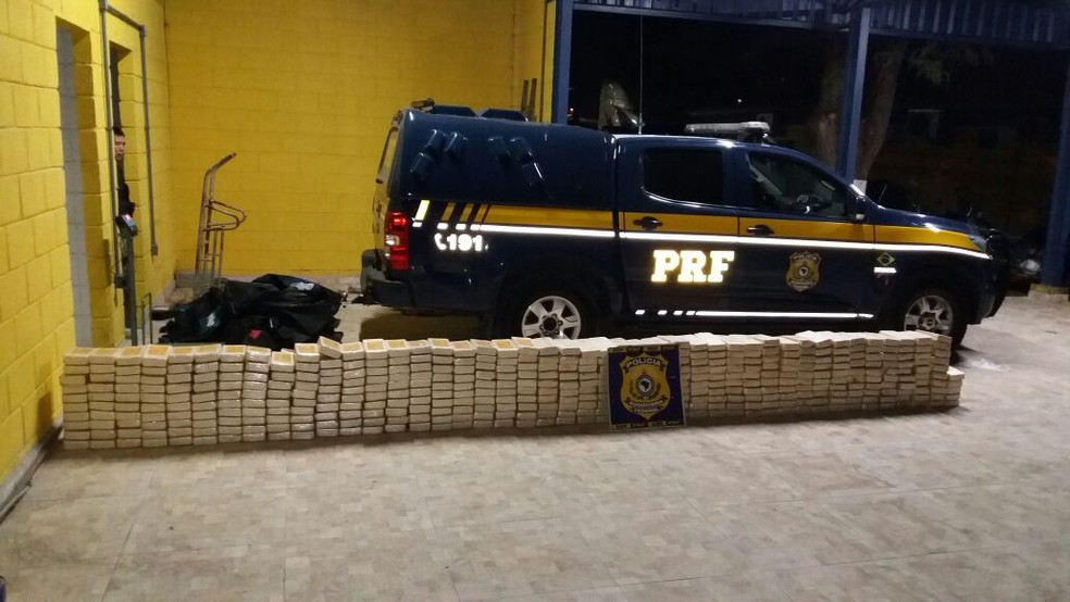 Pacotes com cocaína estavam escondidos em cabine de caminhão que trafegava pela Dutra em Santa Isabel (Foto: Polícia Rodoviária Federal/Divulgação)