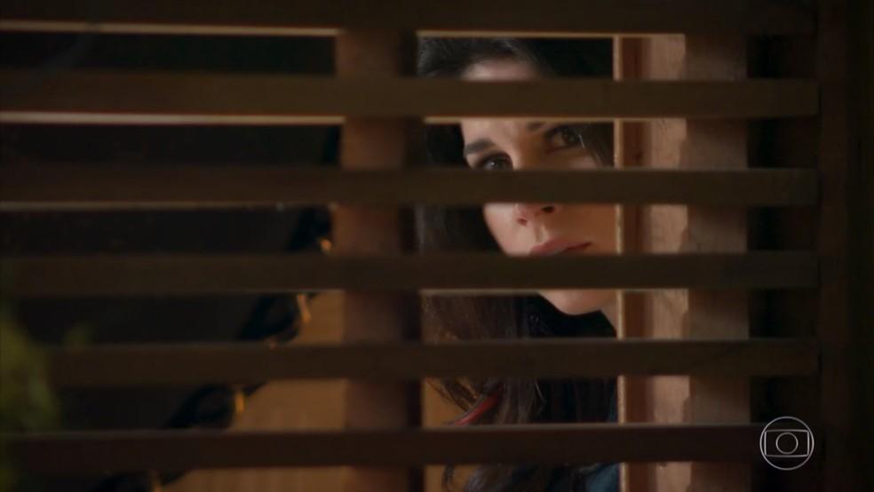 Carmela (Chandelly Braz) assiste Jéssica (Karen Junqueira) sendo cruel com Shirlei (Sabrina Petraglia) - 'Haja Coração' — Foto: Globo