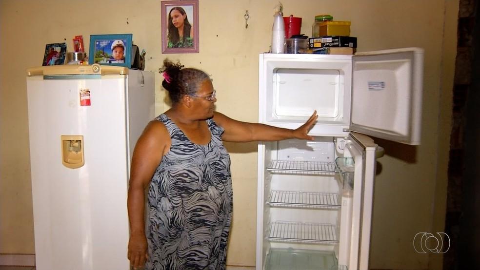 Dona de casa passou a lavar roupas uma vez por semana para economizar na conta de energia  (Foto: Reprodução/ TV Anhanguera)