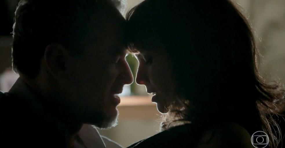 Em 'A Força do Querer', Eugênio (Dan Stulbach) vai para a cama com Irene (Débora Falabella) — Foto: Globo