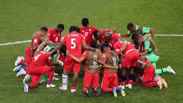 Jogadores do Panamá rezam após o fim da Copa do Mundo