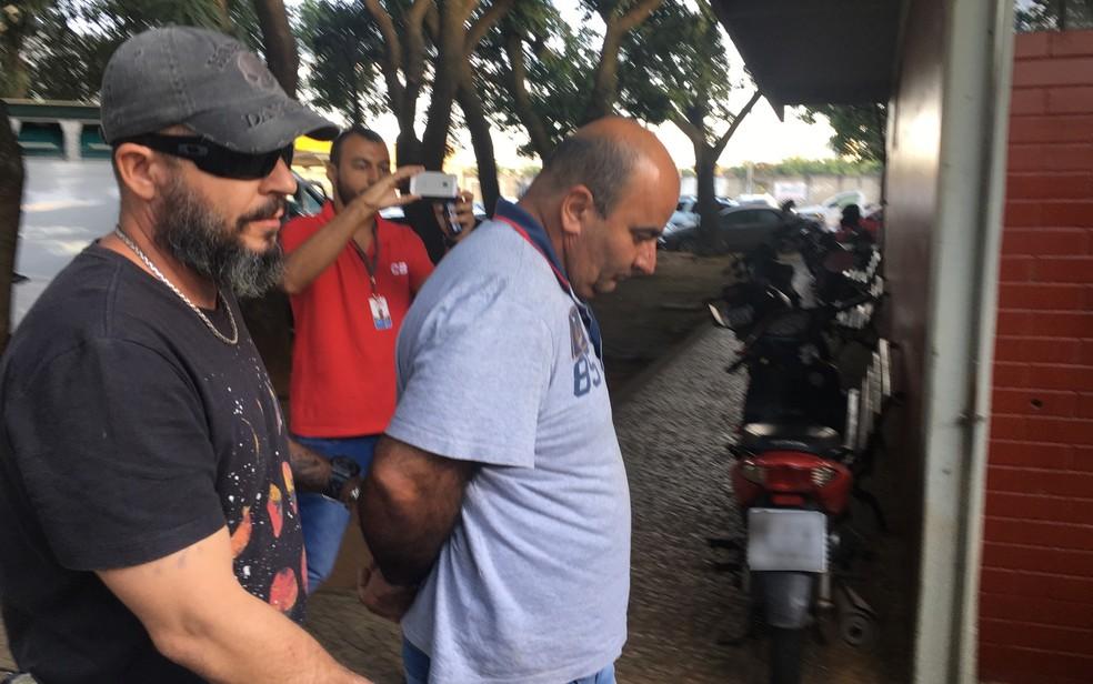 Preso motorista Aginaldo Viríssimo Cuelho, de 50 anos, suspeito de matar esposa grávida (Foto: Paula Resende/G1)