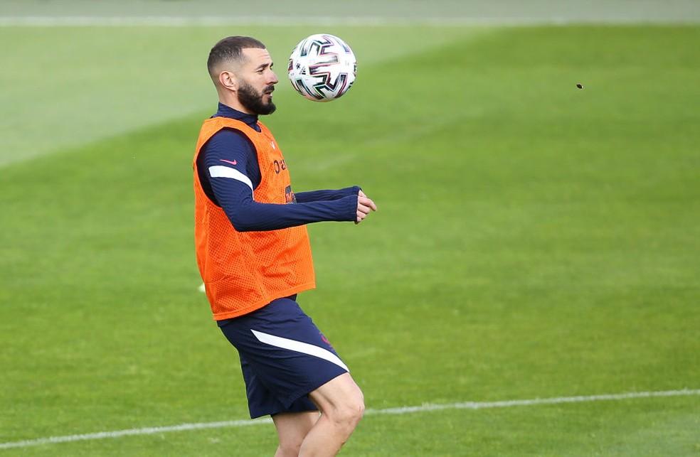 Karim Benzema controla a bola em treino da seleção da França — Foto: Getty Images