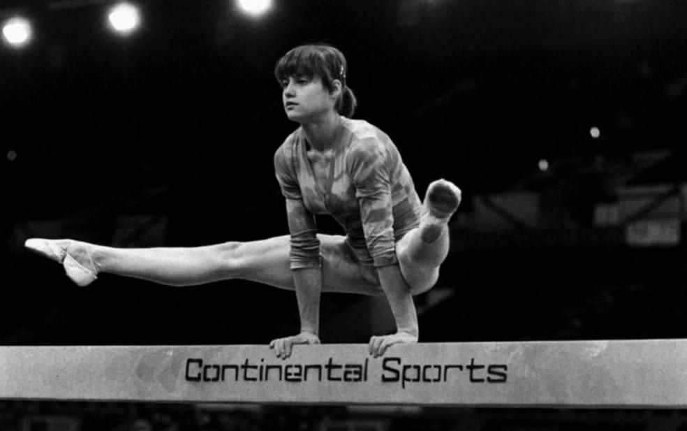 Uma das maiores atletas olímpicas da história, a ginasta romena Nadia Comaneci, tinha 14 anos quando ganhou suas primeiras medalhas — Foto: PA Media via BBC