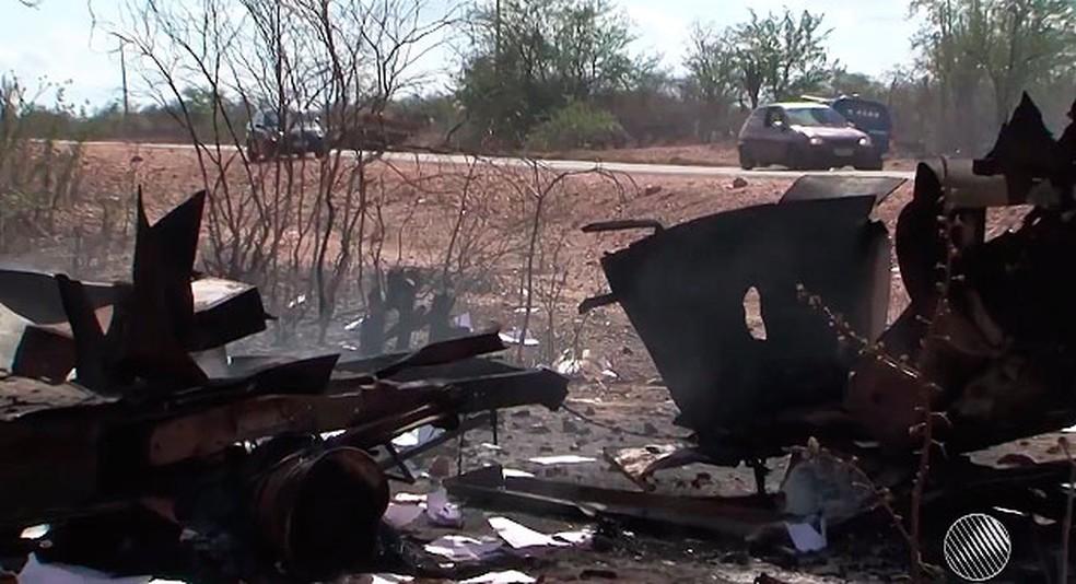 Carro-forte destruído após ação da quadrilha na região norte da Bahia (Foto: Reprodução/TV São Francisco)