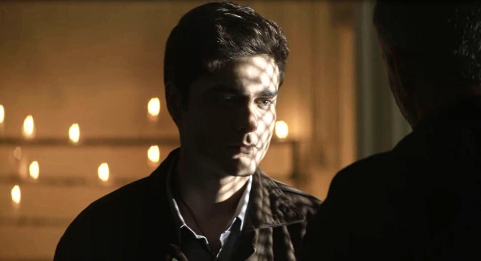 Leandro (Guilherme Leicam) acata pedido de Agno (Malvino Salvador) e se confessa, em 'A Dona do Pedaço' — Foto: Globo
