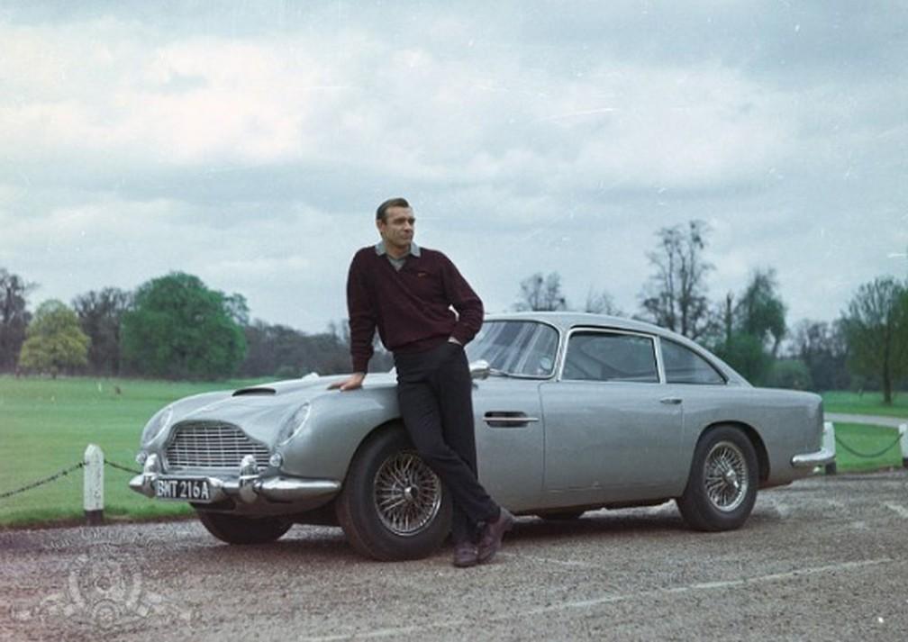 Sean Connery ao lado do Aston Martin DB5 em '007 contra Goldfinger' (1964) — Foto: Divulgação/MGM