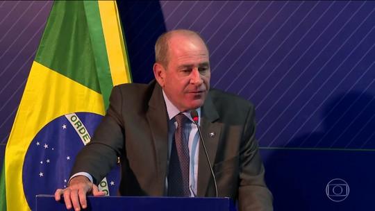Ministro da Defesa diz que não é possível saber quanto óleo ainda pode chegar às praias