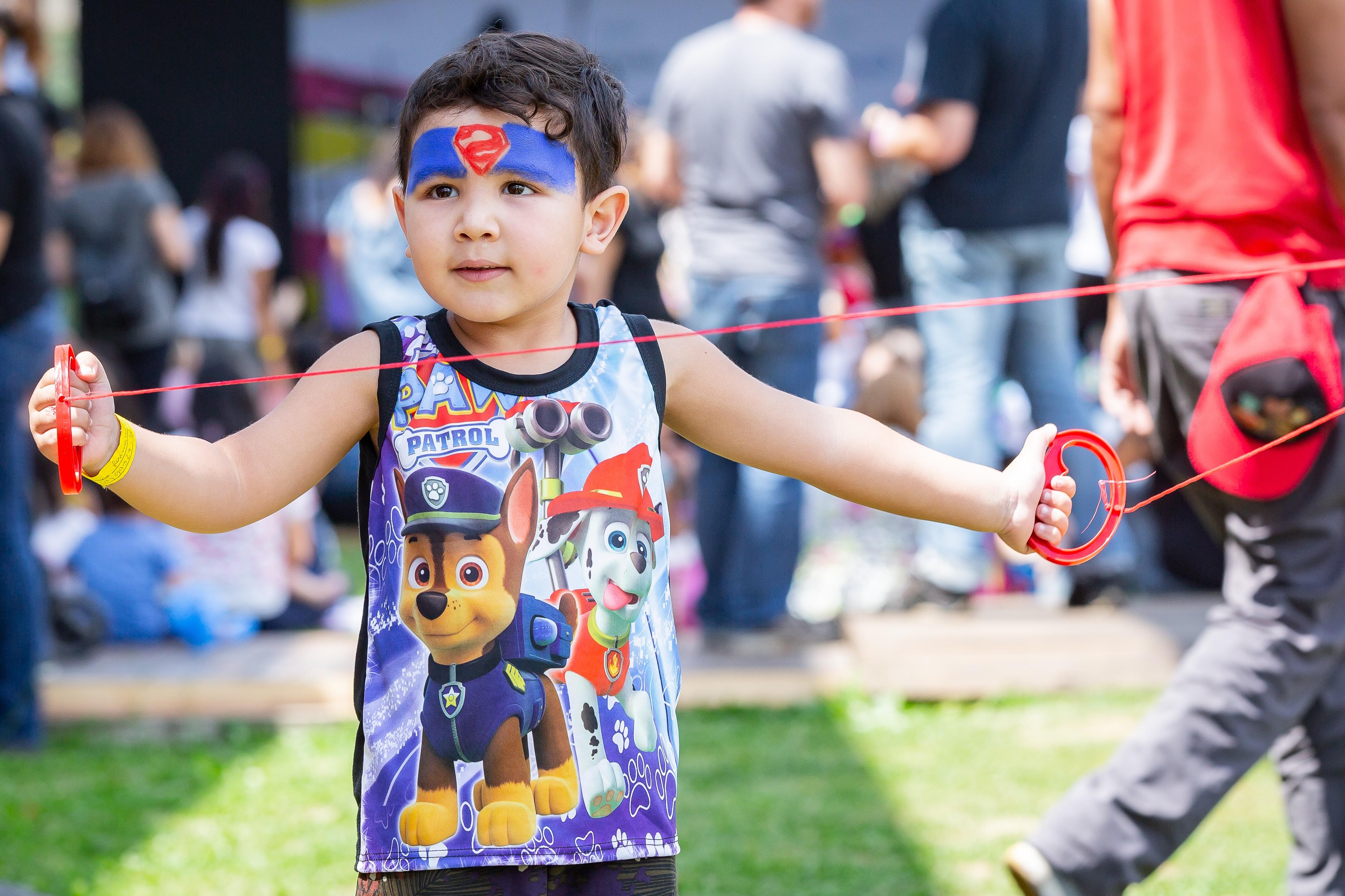 A proposta da Amil era fazer as crianças se movimentarem: brinquedos foram colocados no gramado, convidando a todos para a diversão (Foto: Leonardo Orestes)