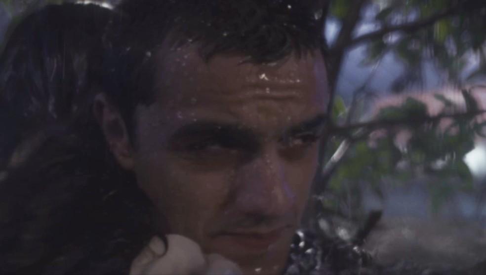 Téo (Felipe Simas) tenta manter a calma de Luna (Juliana Paiva) durante a tempestade em 'Salve-se Quem Puder' — Foto: Globo