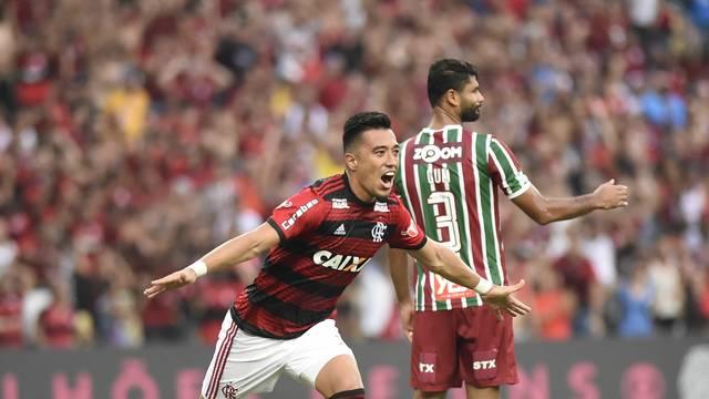 Flamengo vence o Fluminense e dorme na vice-liderança