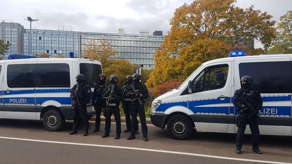 Policiais na cidade de Halle no dia em que houve um tiroteio perto de uma sinagoga da cidade — Foto: Marvin Gaul/Reuters