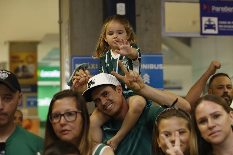 Torcedora mirim está feliz! Agora o Coxa é Série A — Foto: André Rodrigues/Gazeta do Povo