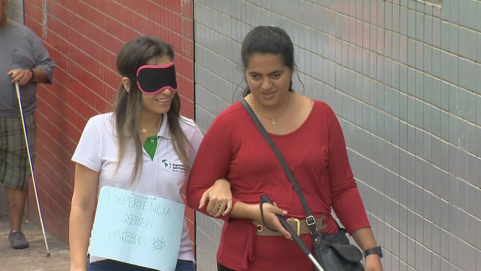Estudantes de arquitetura e engenharia trocaram de papéis com deficientes visuais em Juiz de Fora — Foto: Reprodução/TV Integração