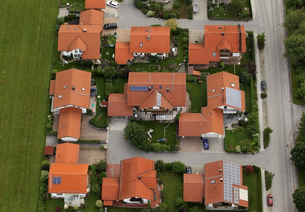 casas com painéis solares no telhado - energia solar (Foto: Miguel Villagran/Getty Images)