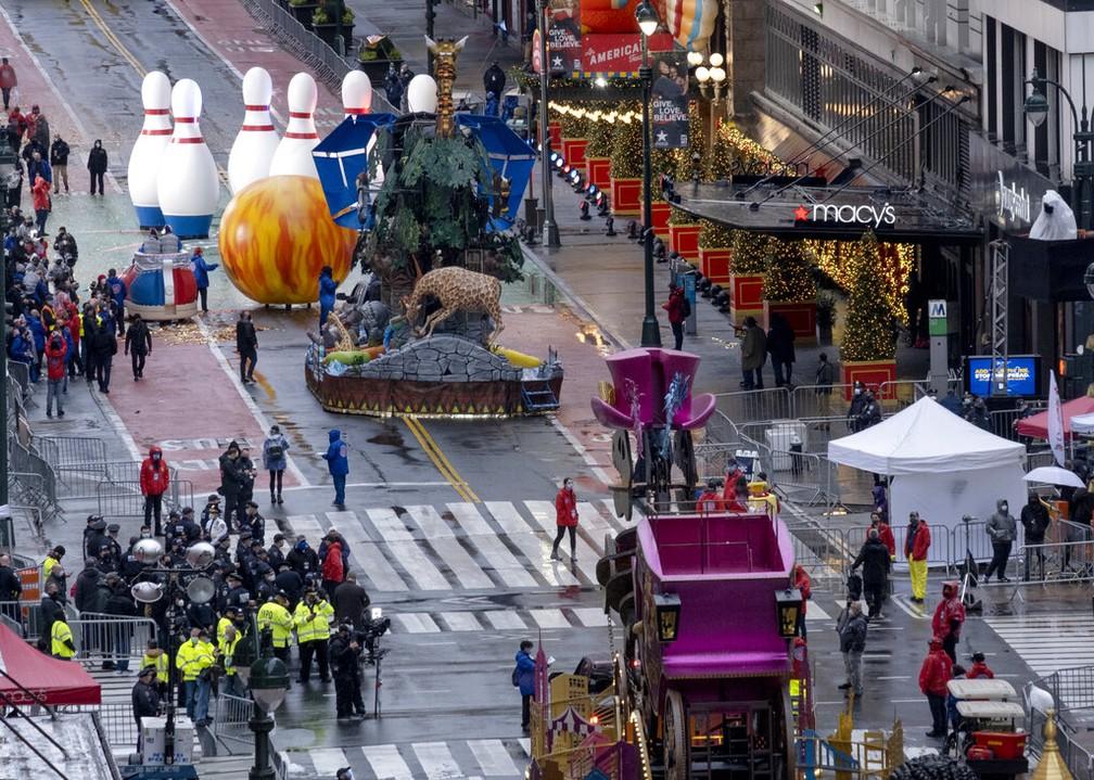 Sem público, desfile do Dia de Ação de Graças toma rua de Nova York nesta quinta-feira (26) — Foto: Craig Ruttle/AP Photo