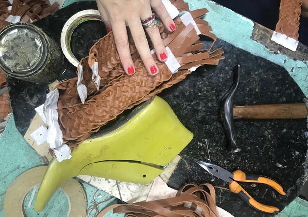 No ateliê da Manolita, retalhos de Patricia Viera viraram novos sapatos (Foto: Divulgação)