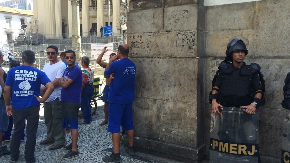 Servidores da Cedae durante protesto contra a privatização da companhia, na Alerj. (Foto: Henrique Coelho/ G1)