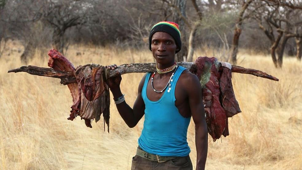 Os hadza são uma das poucas tribos coletoras-caçadoras restantes no mundo  (Foto: JEFF LEACH/DIVULGAÇÃO)