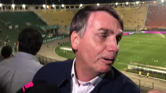 """Jair Bolsonaro vai ao jogo do Palmeiras e diz: """"Meu contato aqui é um tal de Felipe Melo"""""""