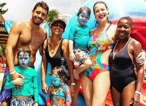 Luana Piovani com o marido, as babás e os filhos (Foto: Reprodução/Instagram)
