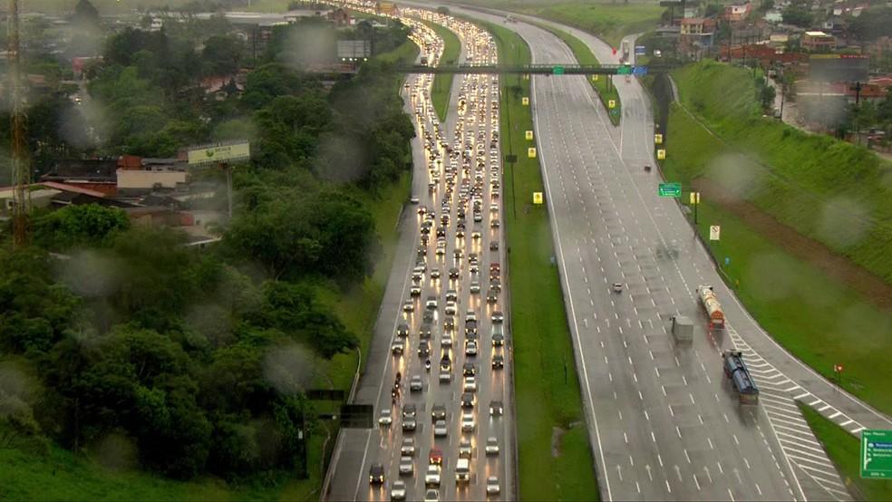 Rodovia dos Imigrantes registra congestionamento na manhã desta sexta-feira (15). — Foto: Reprodução/TV Globo