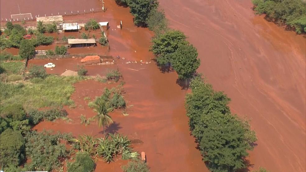 A cidade de Barra Longa foi atingida pela lama da Samarco em 2015. — Foto: Reprodução / TV Globo