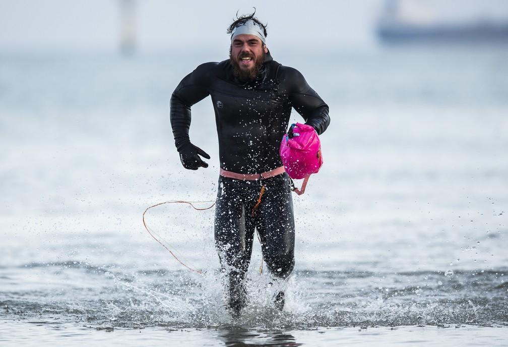 Ross Edgley sai da água após completar percurso de quase 3 mil km a nado, ao redor da Grã-Bretanha — Foto: Alex Broadway/Reuters/Red Bull Content Pool