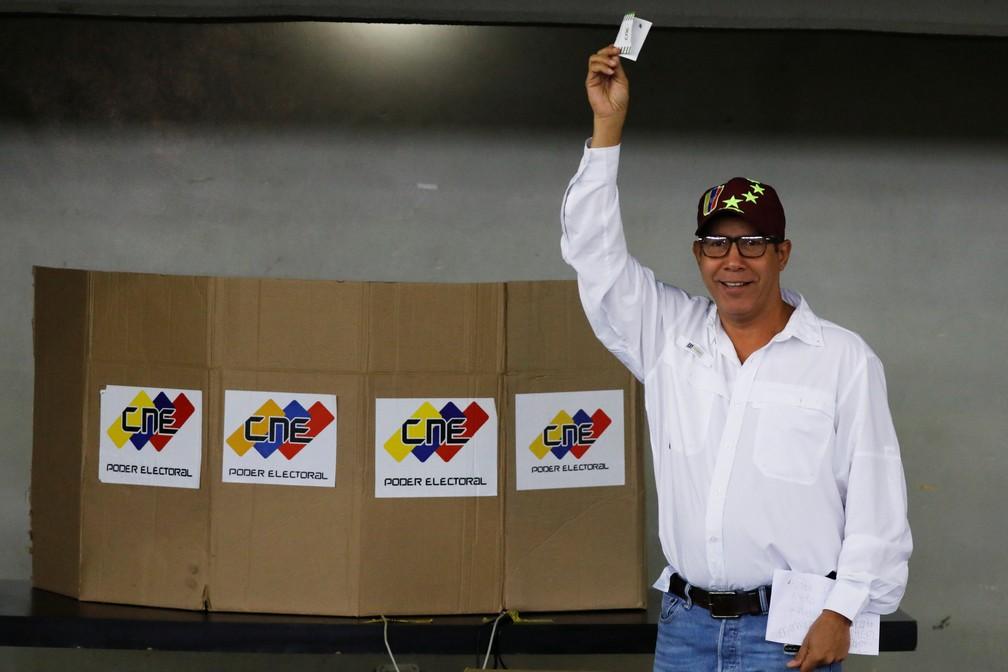 O candidato presidencial Henri Falcón vota neste domingo (20) em Barquisimeto (Foto: Carlos Jasso/Reuters)