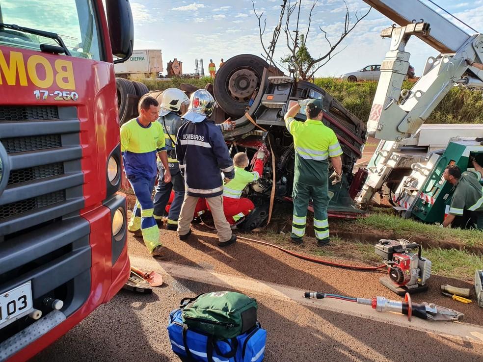 Caminhão tombou na BR-277 e motorista ficou preso nas ferragens, em Santa Terezinha de Itaipu. — Foto: Vinicius Machado/RPC Foz do Iguaçu