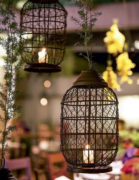 O clima aconchegante da festa foi reforçado pela iluminação indireta, com velas espalhadas pelas mesas e luminárias de ferro penduradas em pontos estratégicos