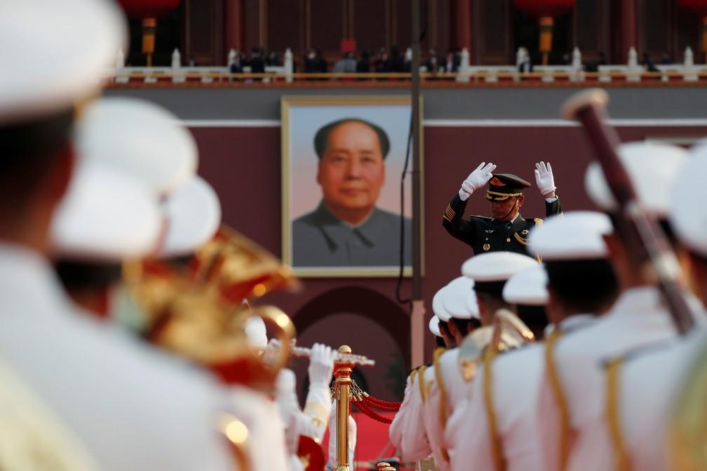 Banda militar se apresenta em frente a retrato de Mao Tsé-Tung em Pequim, na China, durante celebração dos 100 anos do Partido Comunista Chinês nesta quinta (1º) — Foto: Carlos Garcia Rawlins/Reuters