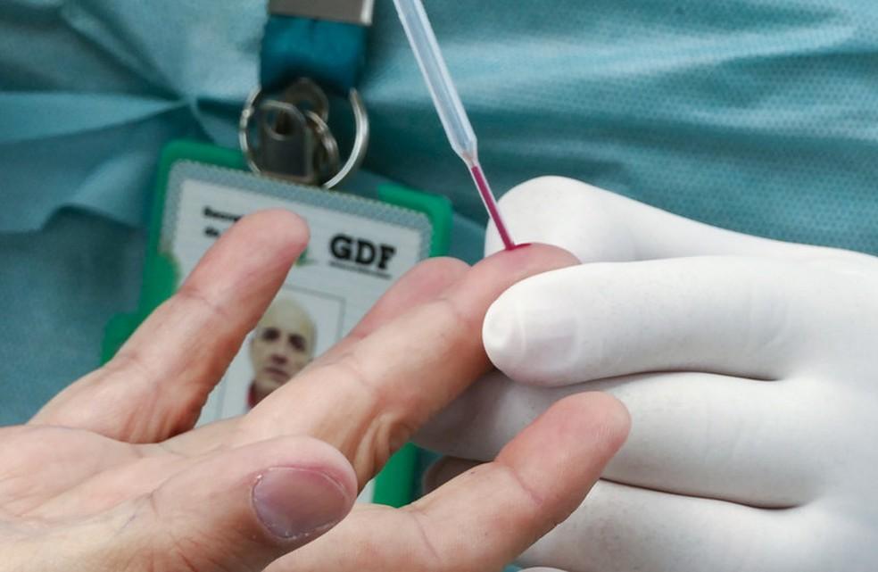Coleta de sangue para testes rápidos para a detecção do novo coronavírus no Distrito Federal — Foto: Leopoldo Silva/Agência Senado