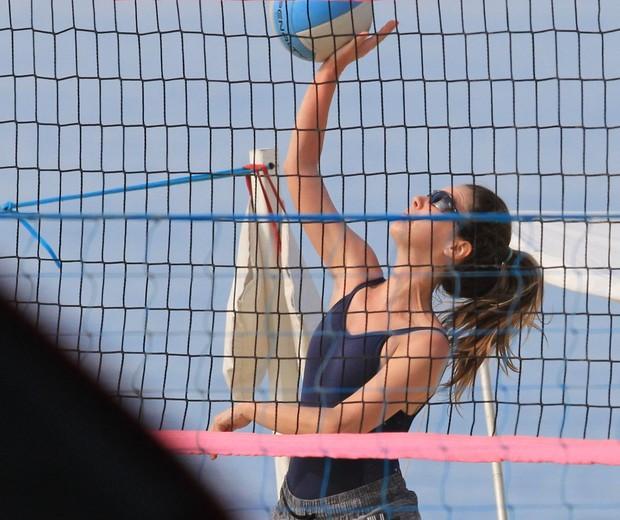 Nathalia Dill pratica atividade esportiva na praia do Leblon (Foto: AgNews)