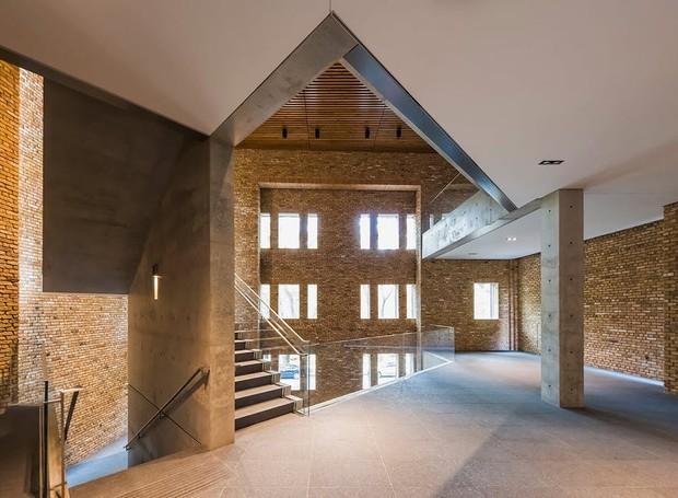Os ângulos da arquitetura do interior são retos e agudos, o que confere o estilo característico de Tadao Ando (Foto: Jeff Goldberg/ Reprodução)
