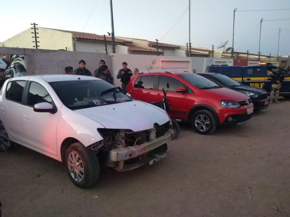 Veículos eram adulterados em ferro velho no Jardim Amazonas. (Foto: Andréa Meireles/ TV Grande Rio)