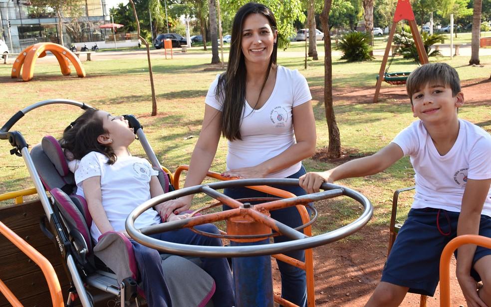Mãe instala gira-giras, balanços e gangorras adaptados para deficientes em áreas públicas de Ribeirão Preto (SP) — Foto: Pedro Martins/G1