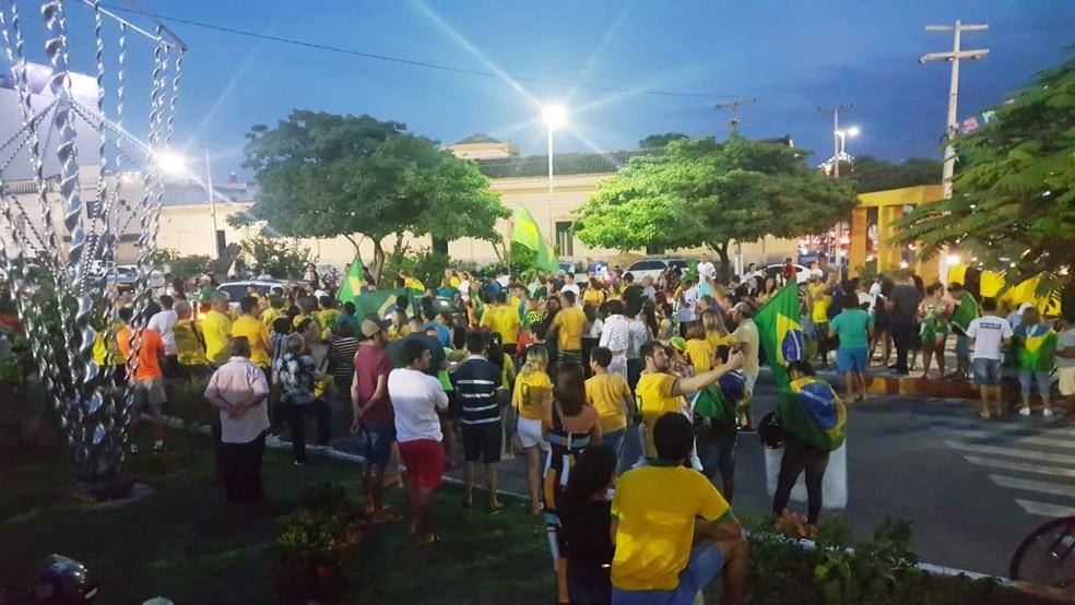 MOSSORÓ, 17h40: depois da carreata, manifestantes se concentraram ao lado da Estação das Artes — Foto: Sara Cardoso/Inter TV Costa Branca