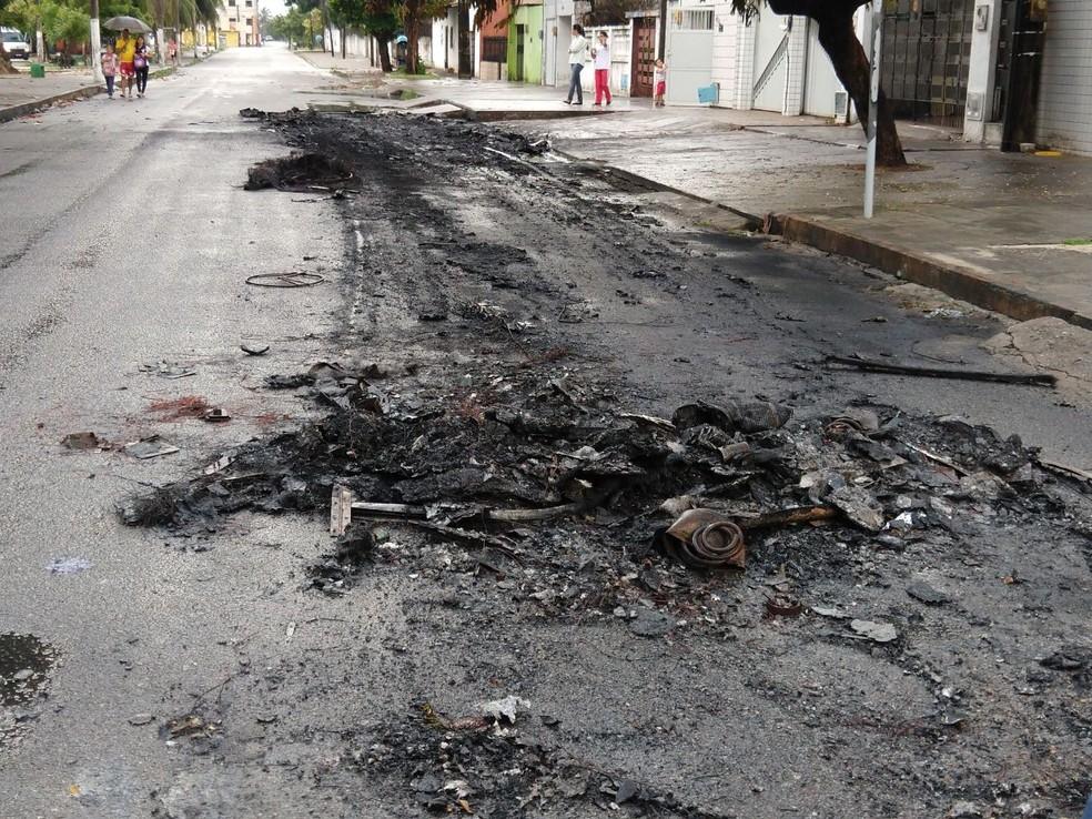 Asfalto derreteu durante ataque a ônibus no Bairro Álvaro Weyne. (Foto: Halisson Ferreira/TVM)