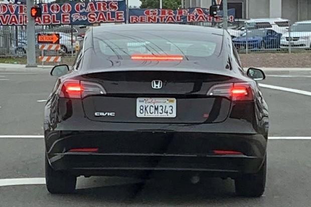 Tesla com emblemas de Civic Si (Foto: Reprodução/TheTeslaLife)
