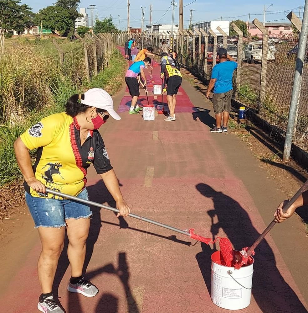 Voluntários se uniram em mutirão com a Semob para revitalizar ciclovia em Presidente Prudente — Foto: Associação Esportiva de Incentivo ao Ciclismo (AEIC)