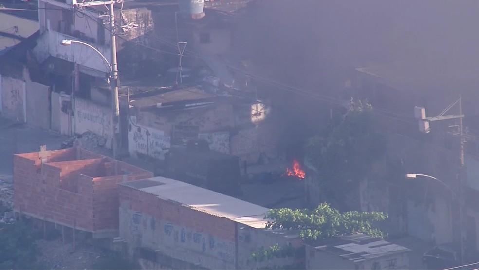 Imagens do Globocop mostraram blindado em uma esquina da Cidade de Deus. Um incêndio podia ser visto em uma esquina — Foto: Reprodução/ TV Globo