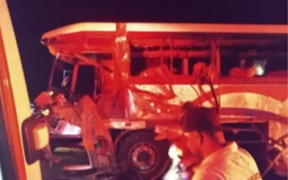 Acidente com ônibus que transportava estudantes deixa mortos no sudoeste da Bahia — Foto: Reprodução/TV Bahia