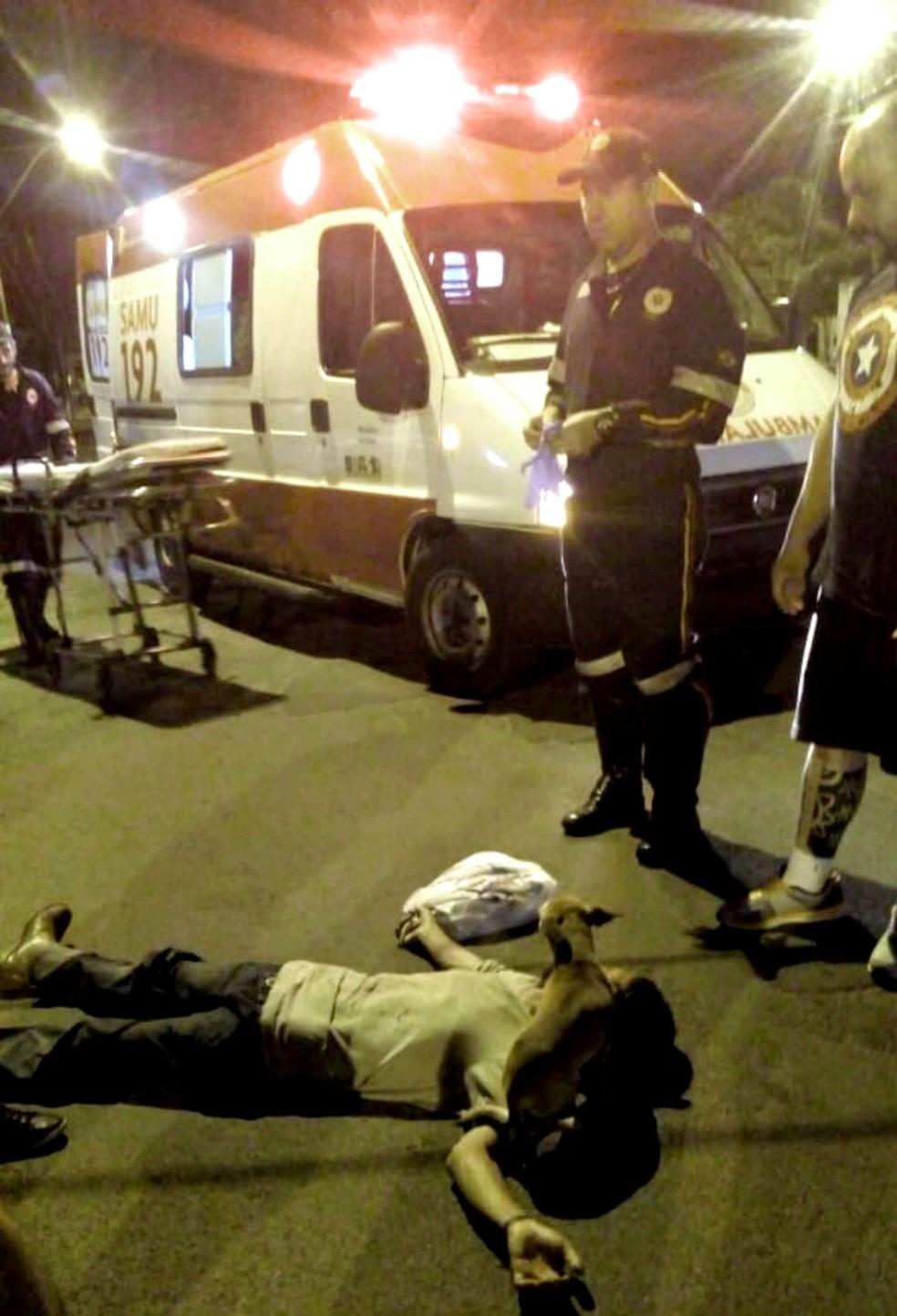 Paramédicos do Samu tiveram dificuldades para se aproximar do catador porque cães avançavam contra quem se aproximava — Foto: Thaís Brandão/Arquivo pessoal
