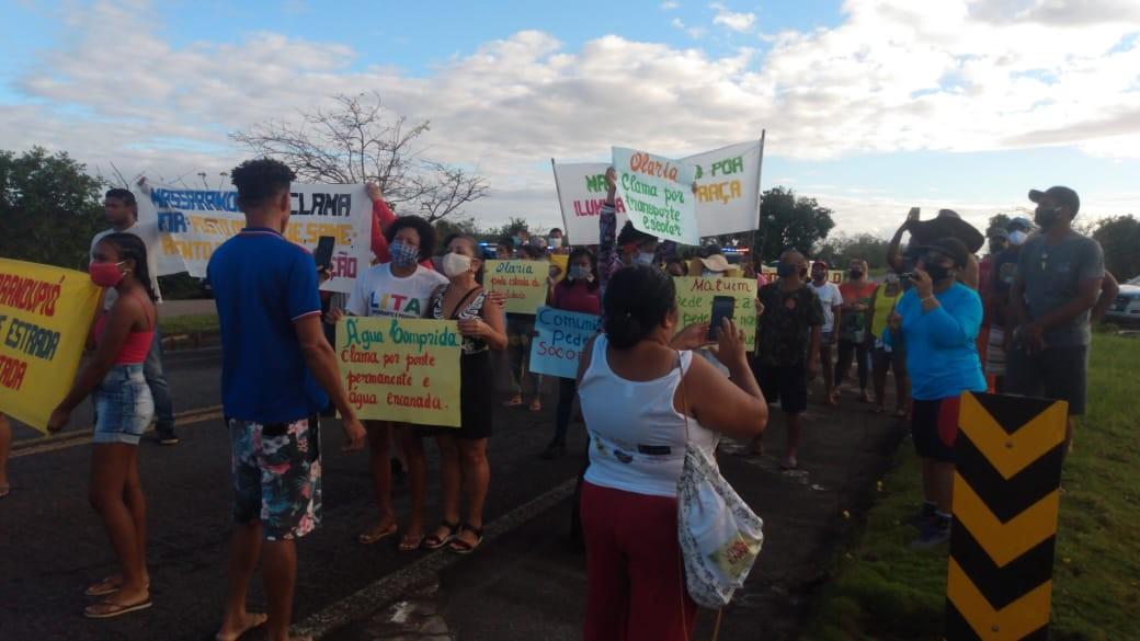 Moradores de Massarandupió realizam manifestação por melhorias na localidade